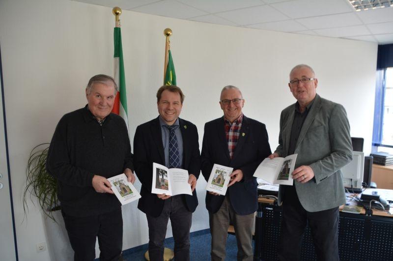 Bürgermeister erhält neue Broschüre zu den Fußfällen