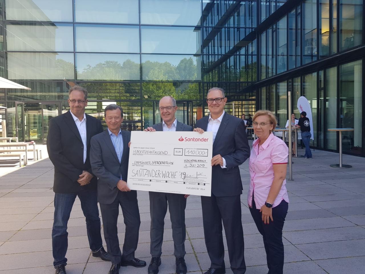 Glückliche Gesichter bei Santander – Bank spendet 110 000 Euro an wohltätige Organisationen