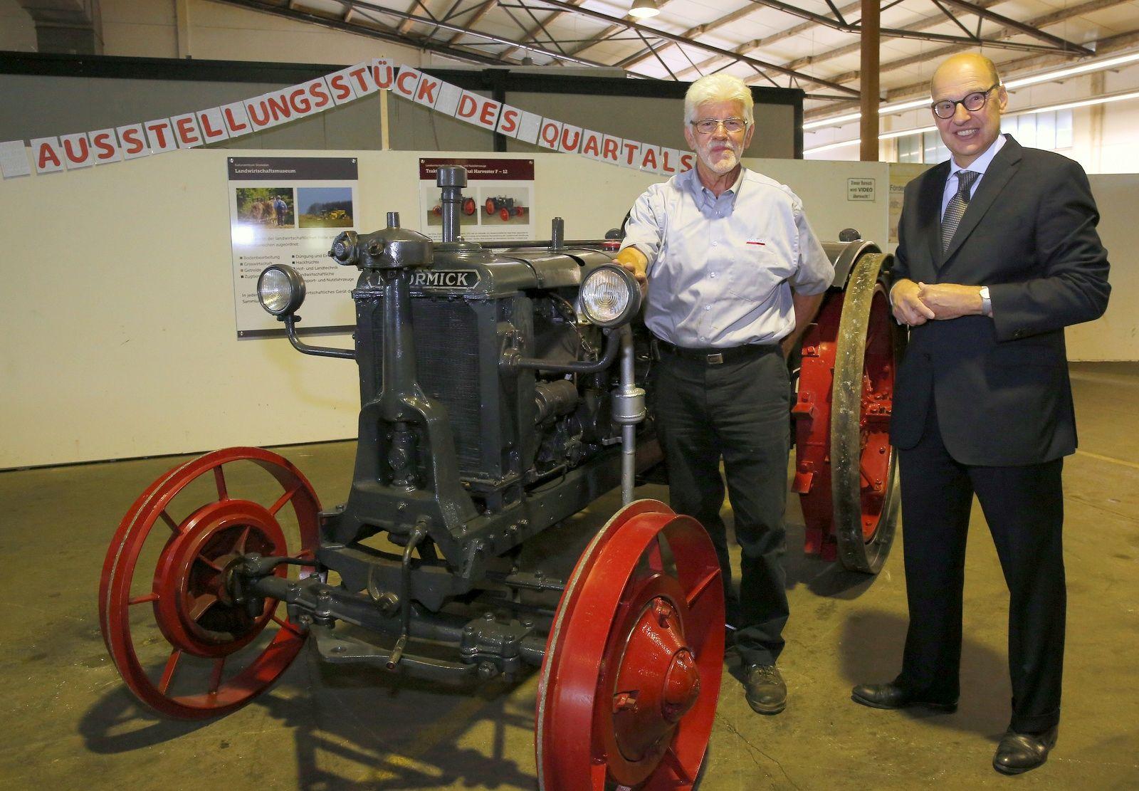 Kreiskulturzentrum Sinsteden und Förderverein stellen ältesten Traktor der Firma IHC – Neuss vor
