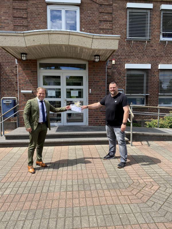 Spende für ein neues Dach: Bürgermeister Dr. Martin Mertens übergibt 500 Euro an das Tierheim Oekoven